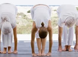 posturas-de-yoga-para-adelgazar-flexion-hacia-adelante