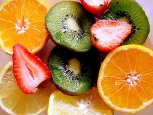 que vitaminas contienen las frutas como el kiwi